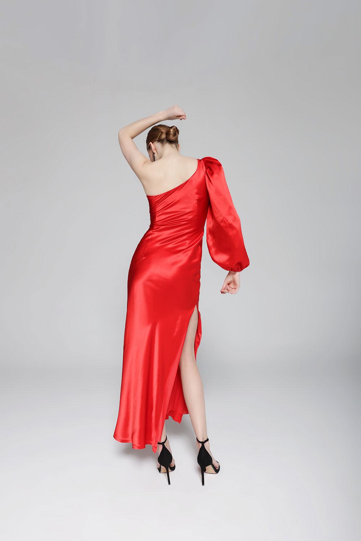 vestido de seda rojo asimétrico invitada