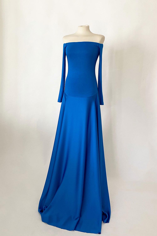 vestido azul invitada hombros al aire